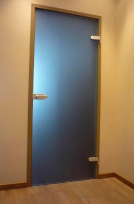 Стеклянные двери с нажимной ручкой