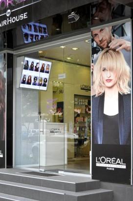 Входные стеклянные двери в парикмахерскую