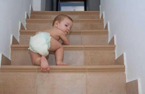 маленький ребенок на лестнице