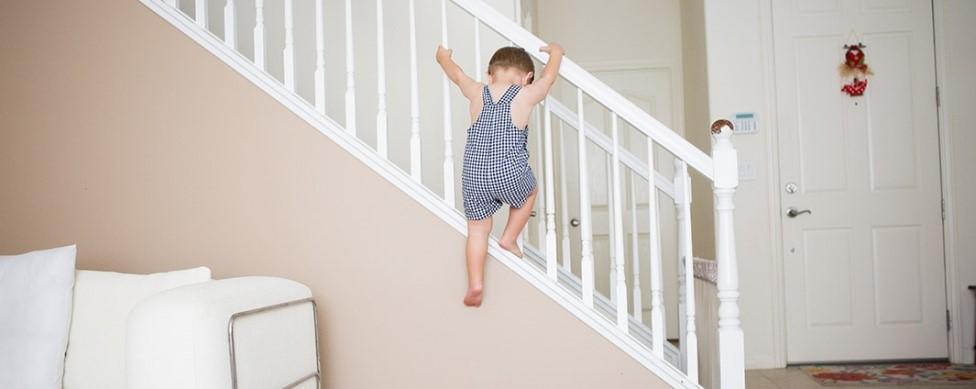 опасности для детей на лестнице