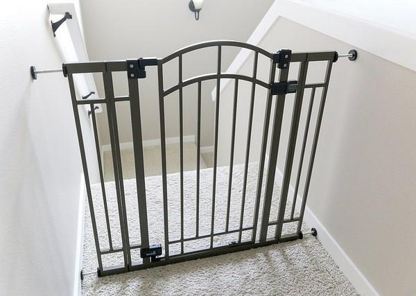 варианты барьеров и ограждений для защиты детей на лестинце