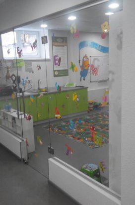 стеклянные перегородки в фитнес центре с росписью