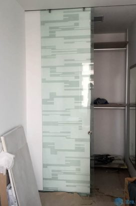Стеклянная дверь с художественным матированием с гардероб