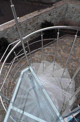 Стеклянные ступени винтовой лестницы на улице