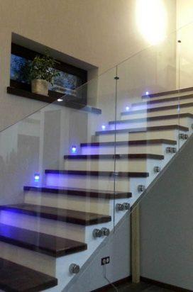 Ограждение лестницы из стекла на точечных креплениях с подсветкой