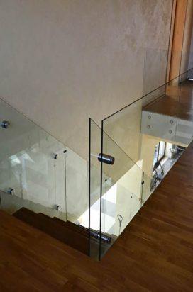 Прозрачное цельностеклянное ограждение лестницы