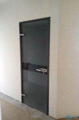 Стеклянная дверь в крашеной коробке