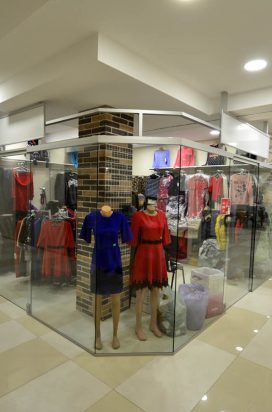 Перегородки из стекла в интерьере торгового центра