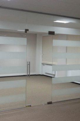 Стеклянная офисная перегородка с прозрачной дверью