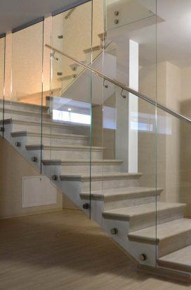 Ограждение лестницы из стекла в коттедже