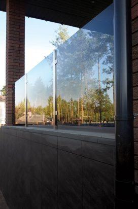 Прозрачное стеклянное ограждение на стойках