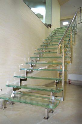 Стеклянная лестница с нержавеющим поручнем