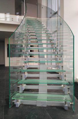 Стеклянная лестница в офисном здании