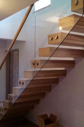 Стеклянное ограждение деревянной лестницы