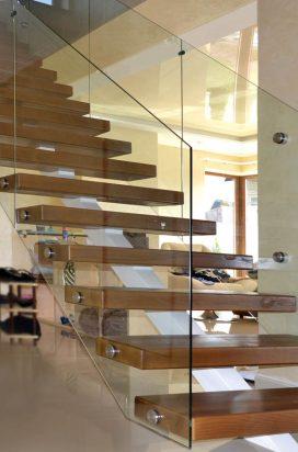 Стеклянное ограждение лестницы на нержавеющих креплениях