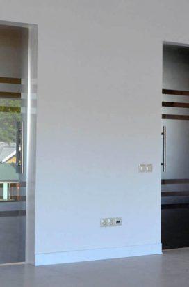 офисные стеклянные двери с матированием полосками