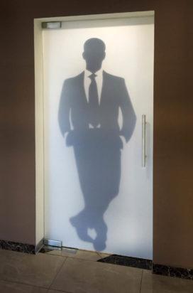 Стеклянная дверь в мужской санузел в торговом центре