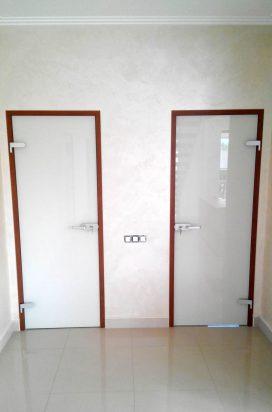 Стеклянные распашные двери в санузел в белой краске