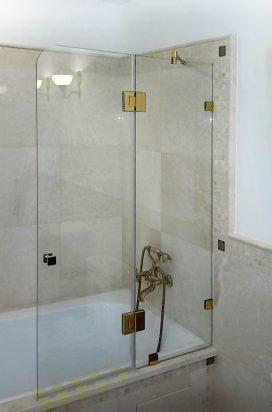 Душевая перегородка на ванне в золоте