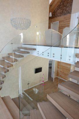 Стеклянное ограждение лестницы в коттедже