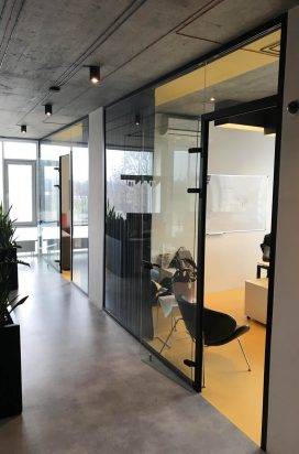 Офисные перегородки с маятниковыми дверями