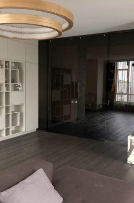 Стеклянная перегородка с раздвижными дверями