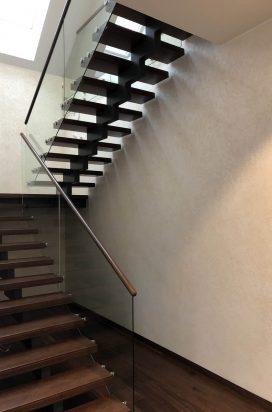 Ограждение лестницы из стекла с поручнем