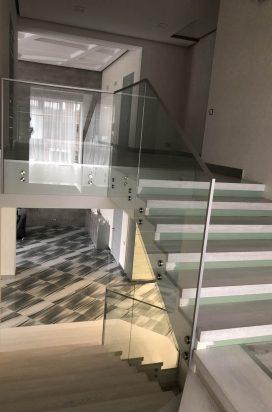 Ограждение лестницы из стекла на пятаках