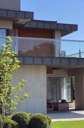 Ограждение на стойках из стекла