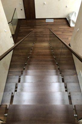Стеклянное ограждение лестницы загородного коттеджа