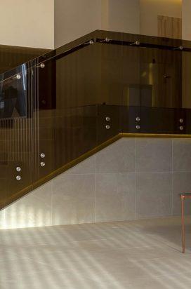 Тонированное прозрачное стеклянное ограждение лестницы