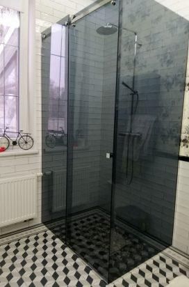 Раздвижная перегородка из тонированного стекла